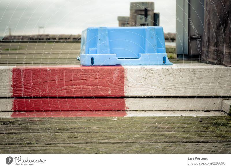 Steg rot-weiß ruhig Freiheit Meer Insel Umwelt Natur Ostsee Fischerdorf Menschenleer Schifffahrt Hafen Holz kalt blau braun grau Einsamkeit Fischereiwirtschaft