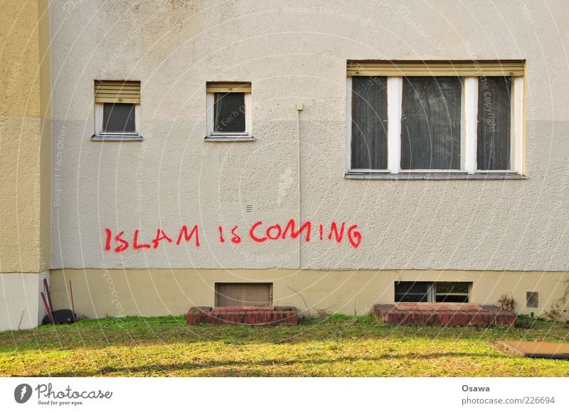 on to me rot Haus Fenster Graffiti Religion & Glaube Deutschland Fassade Angst Kultur Rasen Symbole & Metaphern Wunsch Sorge Krise Schmiererei Warnung