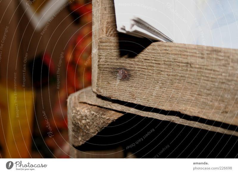 Apfelkiste als Möbelstück? Papier Zettel Holz alt fest trocken braun ruhig authentisch Nagel massiv Farbfoto Gedeckte Farben Innenaufnahme Nahaufnahme