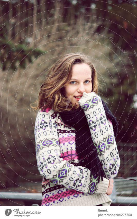 frieren Mensch feminin Junge Frau Jugendliche 1 Pullover Schal Lächeln Fröhlichkeit frisch langhaarig brünett Schüchternheit Kälteschutz kalt Strickpullover