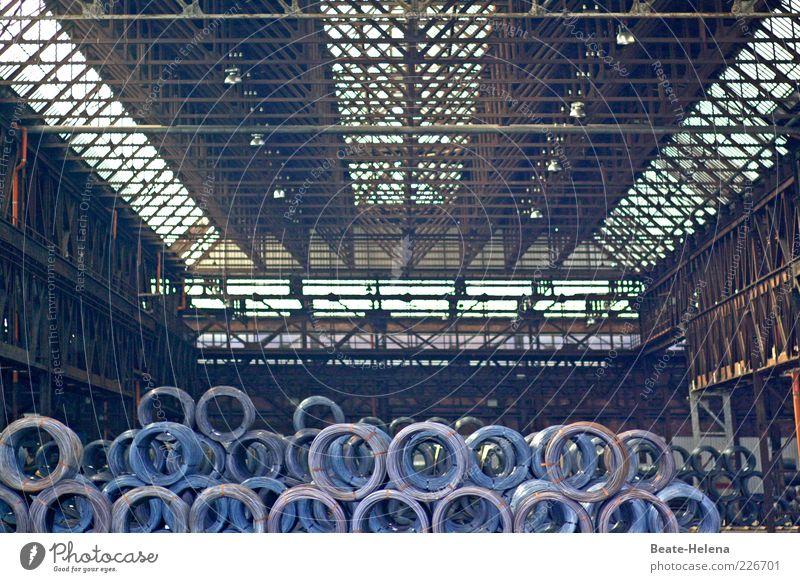 Auf die richtige Rollenverteilung kommt es an! alt dunkel grau Metall groß trist authentisch Industrie Stahl Rost Lagerhalle Konkurrenz Verantwortung gigantisch