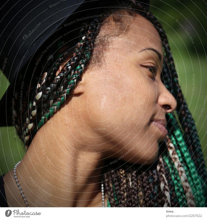 Lilian feminin Frau Erwachsene 1 Mensch Park Halskette Hut Haare & Frisuren langhaarig Locken Zopf Rastalocken Afro-Look beobachten Lächeln Blick ästhetisch