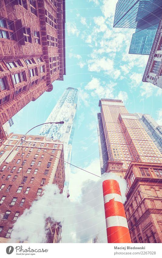 Oben schauen in New York City, getontes Bild, USA. Sightseeing Wohnung Büro Stadt Stadtzentrum Skyline bevölkert Haus Hochhaus Bankgebäude Gebäude Architektur