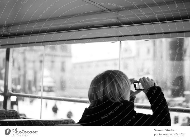 Sightseeing Mensch Stadt Ferien & Urlaub & Reisen Fenster Kopf Haare & Frisuren blond Freizeit & Hobby Ausflug Tourismus Dresden entdecken Schwarzweißfoto machen Bus Sehenswürdigkeit
