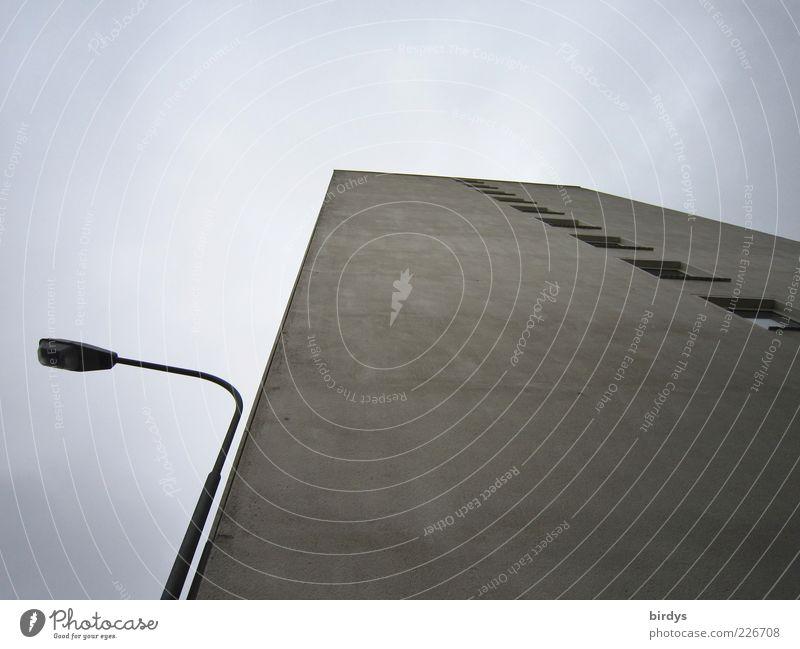Mein Alp - Traumhaus Haus Hochhaus Architektur dunkel hässlich hoch kalt grau Straßenbeleuchtung Fassade Fenster trist Betonwand Wolken kahl Farbfoto