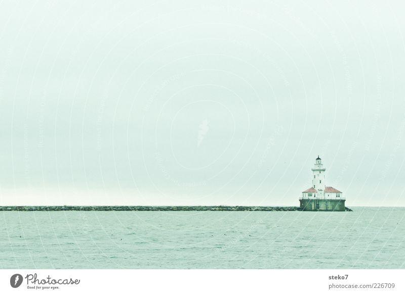 Zufahrt freihalten Wasser Himmel Meer Leuchtturm Hafen blau grau Ende ruhig Ferne Ziel Chicago Mole Gedeckte Farben Außenaufnahme Menschenleer Textfreiraum oben