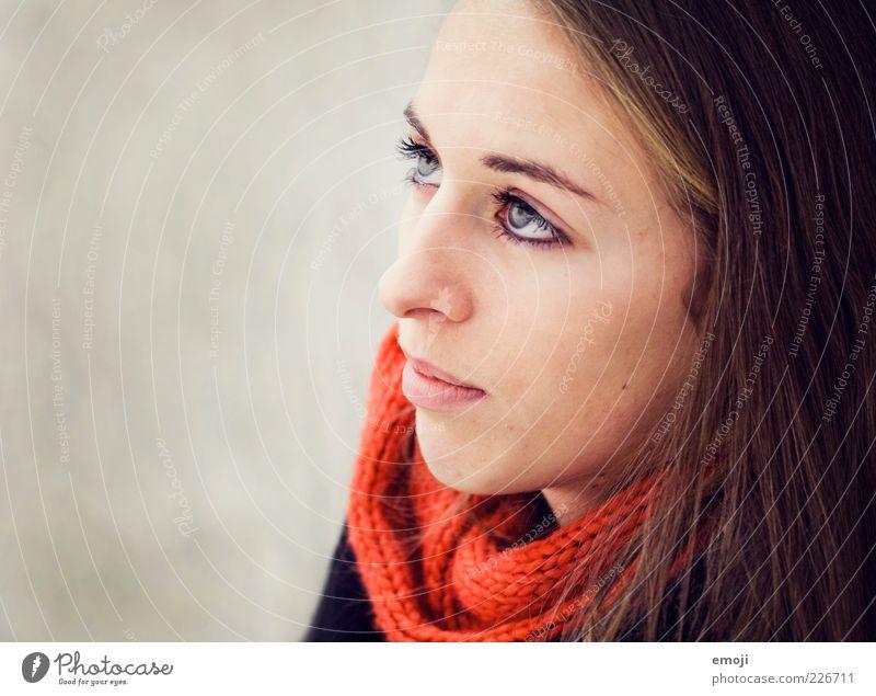 rotorange Mensch Jugendliche schön rot Gesicht feminin Kopf Erwachsene einzigartig Frau brünett langhaarig Schal neutral Frauengesicht