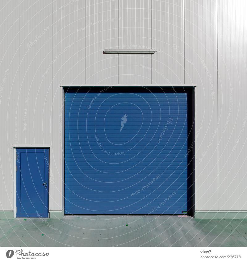 clean blue Fabrik Industrieanlage Bauwerk Mauer Wand Fassade Metall Linie Streifen modern blau ästhetisch Farbe Ordnung rein Tor Garage Einfahrt Garagentor