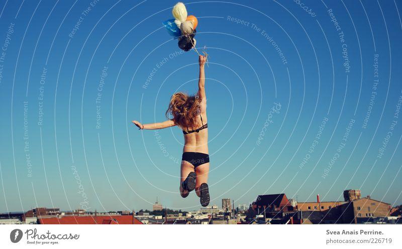 in anlehnung an Mensch Jugendliche Stadt schön Sommer Haus Erwachsene feminin Gefühle Freiheit Haare & Frisuren springen blond elegant fliegen außergewöhnlich