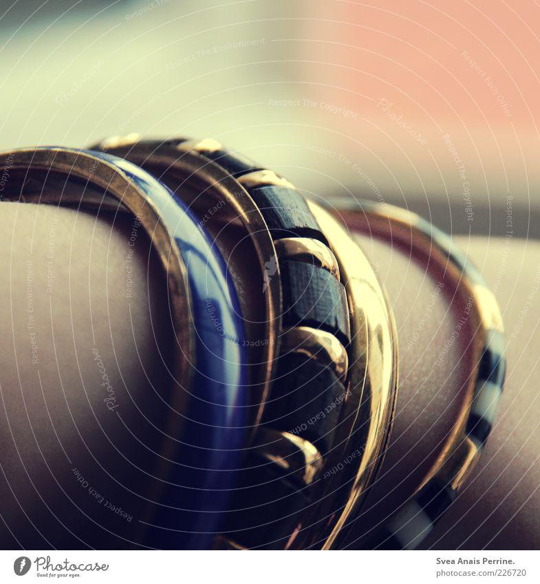 wertvoll. Lifestyle elegant Stil Accessoire Schmuck Armband retro schön Armreif Farbfoto Gedeckte Farben Innenaufnahme Verschiedenheit gold verziert 4