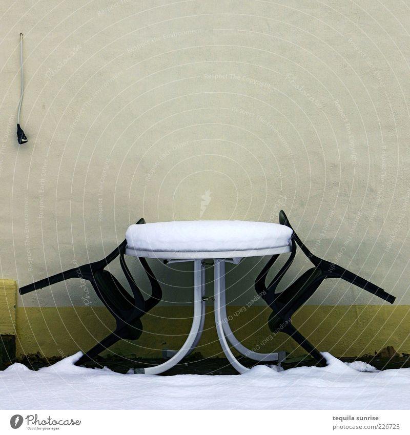 Warten auf Sommer Winter Wetter Schnee Garten Fassade Terrasse Stuhl Gartenstuhl Tisch Gartentisch Wand kalt trist gelb grün Farbfoto Außenaufnahme