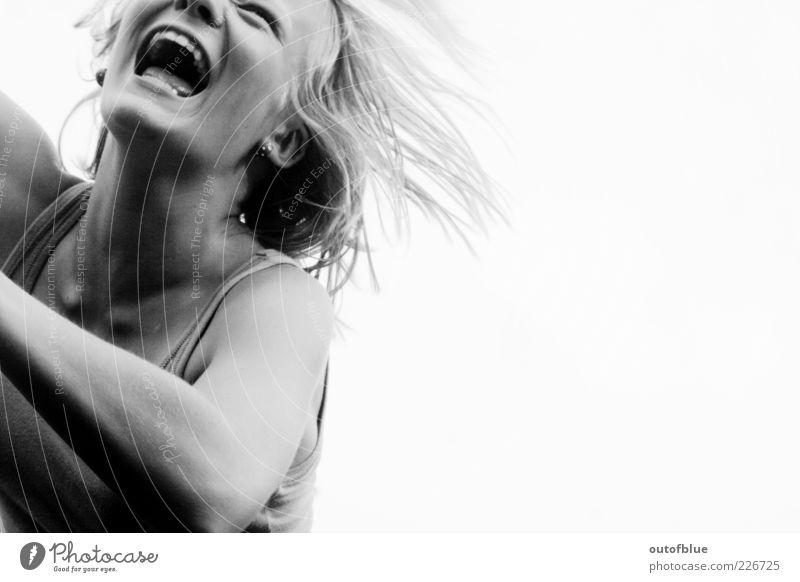 freude feminin Mund 1 Mensch frei Fröhlichkeit Glück Gefühle Freude Lebensfreude lachen Schwarzweißfoto Tag Kontrast Porträt Oberkörper geschlossene Augen Kinn