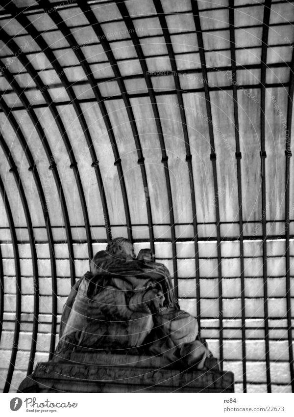 berlin denkmal Mensch Himmel alt Berlin grau Mauer Deutschland Vergangenheit Denkmal Grenze Konflikt & Streit Krieg Hauptstadt Osten Westen