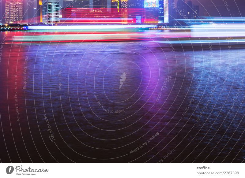 leuchtspur Stadt Schifffahrt Passagierschiff Fähre Bewegung Shanghai China Mobilität E-Mobilität Farbfoto mehrfarbig Außenaufnahme Menschenleer