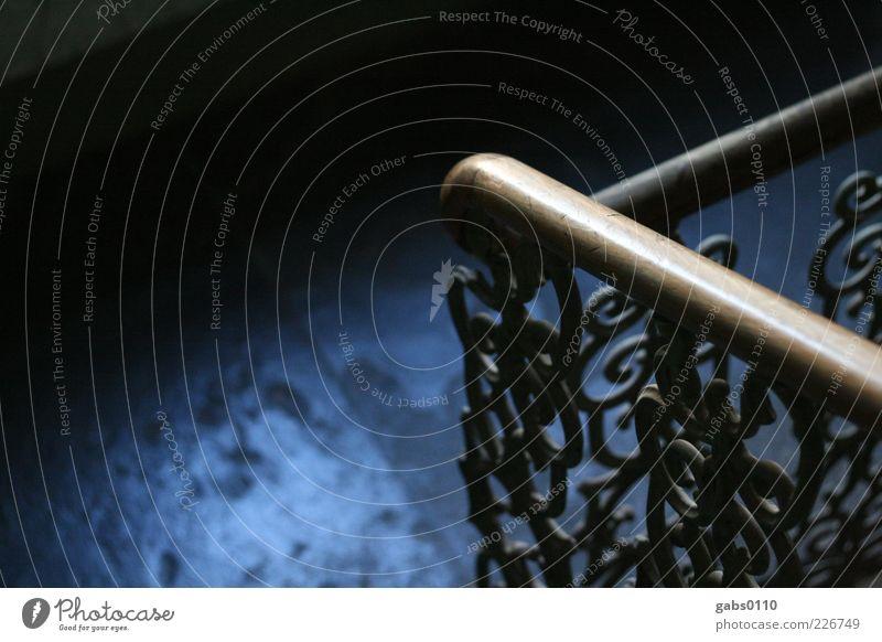 Geländer alt blau weiß schwarz dunkel Holz Metall braun Zufriedenheit Treppe ästhetisch Sicherheit gefährlich Häusliches Leben historisch Treppengeländer