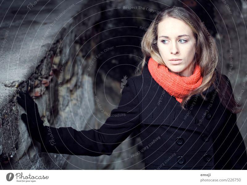 no breath feminin Junge Frau Jugendliche 1 Mensch 18-30 Jahre Erwachsene Mode Jacke Mantel Accessoire dunkel schön kalt blau rot Coolness ruhig Wahrheit