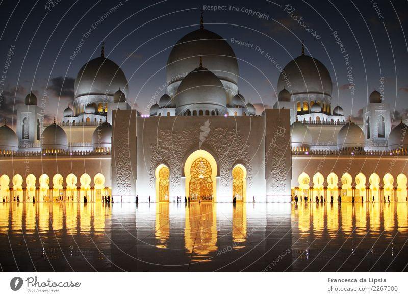 Scheich-Zayid-Moschee am Abend Abu Dhabi Vereinigte Arabische Emirate Asien bevölkert Palast Platz Architektur Turm Dach Kuppeldach Arkaden Eingang Tor