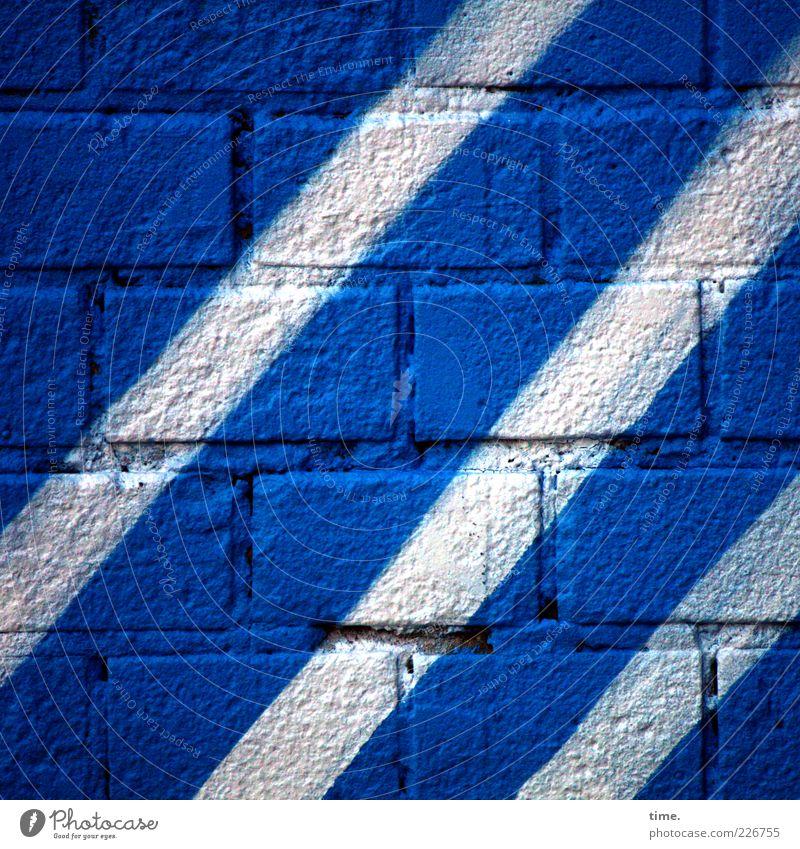 Stones & Stripes blau weiß Farbe Wand Graffiti Mauer Stein Farbstoff Kunst Fassade Streifen Backstein diagonal Interesse Textfreiraum Fuge