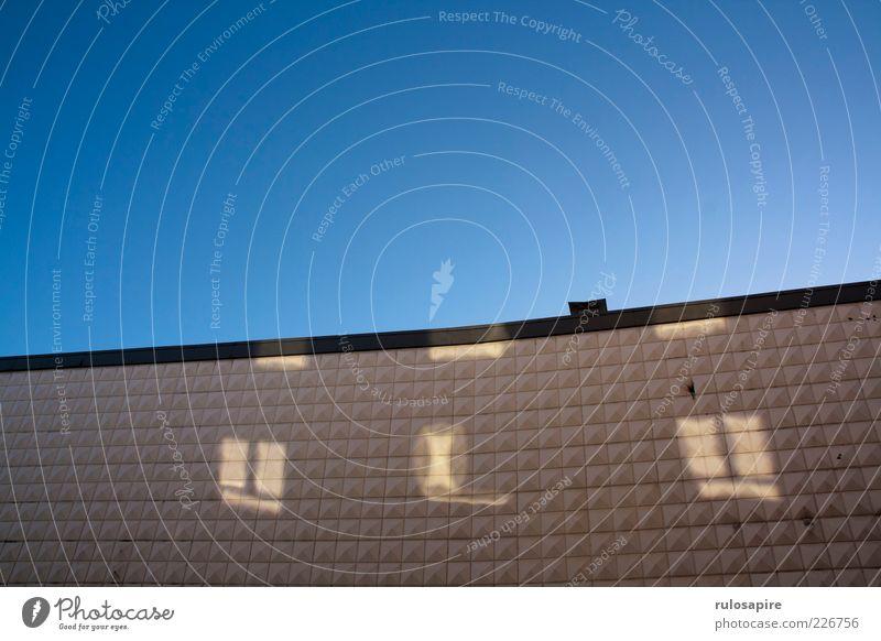 Gesichter an der Wand Sonne Winter Haus Menschenleer Hochhaus Industrieanlage Fabrik Bauwerk Gebäude Architektur Mauer Fassade Fenster glänzend hell modern blau