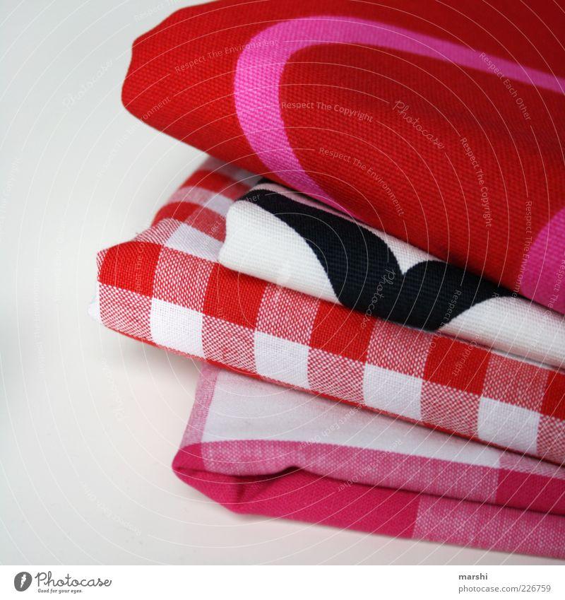Stoffauswahl rosa rot kariert Muster Stoffmuster Stapel Freisteller Auswahl Farbfoto Innenaufnahme Menschenleer Hintergrund neutral Textfreiraum links Material