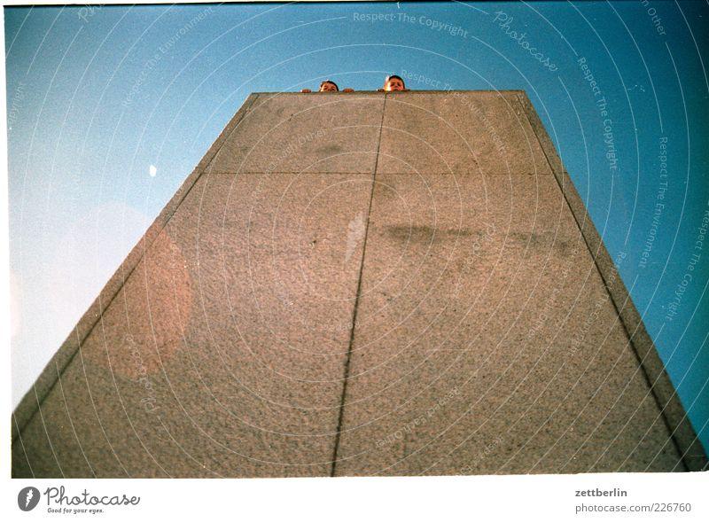 Tom und Philipp Freizeit & Hobby Spielen Ausflug Sommer Mensch Kind Junge Kindheit 2 8-13 Jahre festhalten Beton Himmel Nebel Neugier Farbfoto Außenaufnahme
