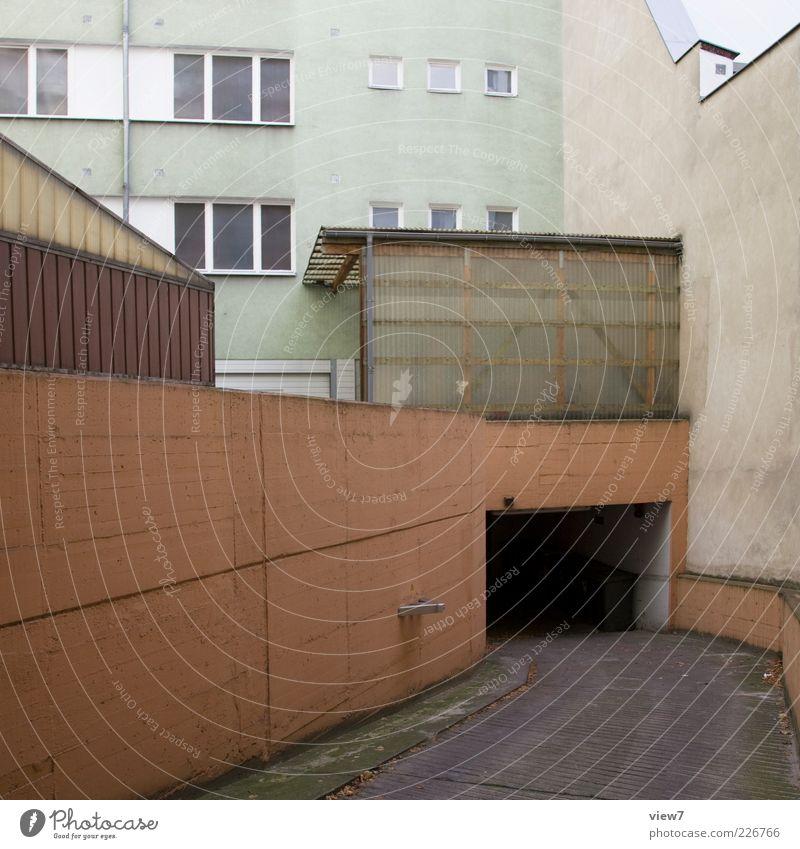 Tiefgarage Haus Architektur Mauer Wand Fassade Verkehr Verkehrswege Straße Tunnel Beton alt authentisch einfach lang modern Klischee braun Einsamkeit