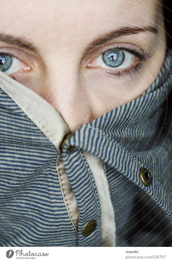 zugeknöpft Frau Mensch blau Auge feminin Kopf Gefühle Stil Erwachsene Mode geschlossen skurril Pullover gestreift gefangen Wimpern