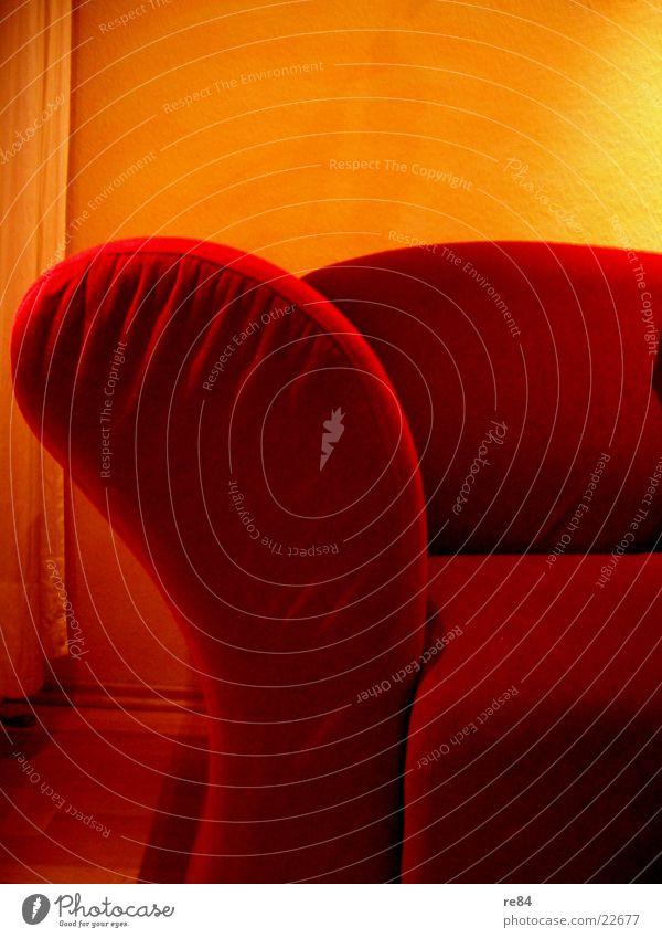 red II Sofa Wand rot gelb bequem Ecke Stoff Raum Vorhang Physik Häusliches Leben Sonne Wärme sitzen Schatten Bodenbelag