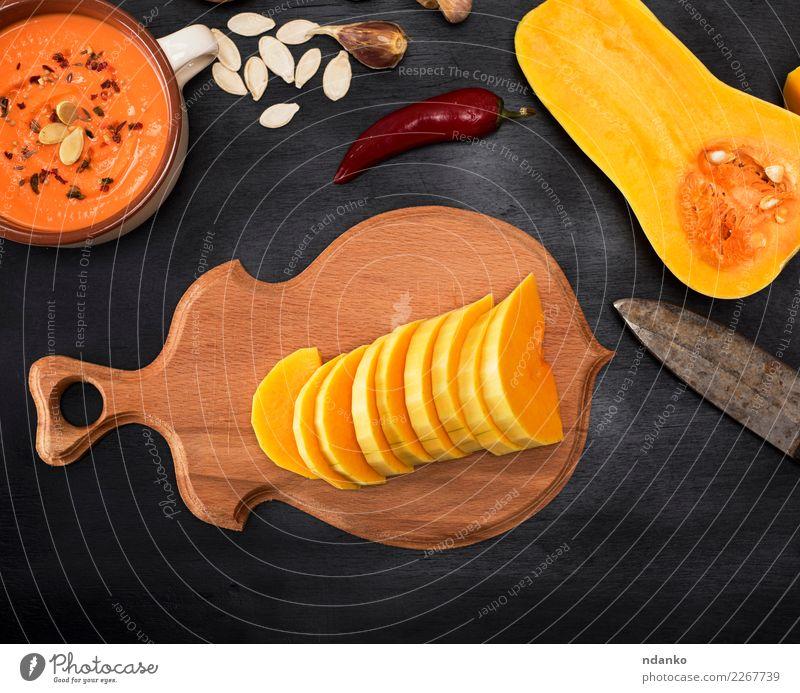 frischer Kürbis wird in Stücke geschnitten Gemüse Suppe Eintopf Kräuter & Gewürze Essen Mittagessen Abendessen Vegetarische Ernährung Schalen & Schüsseln
