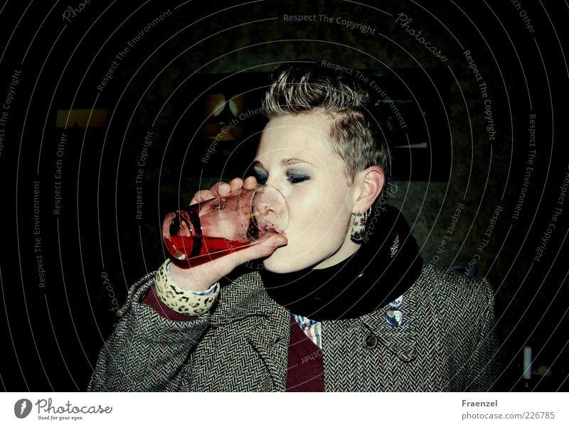 Fassbrause Getränk trinken Limonade Glas Mensch feminin Junge Frau Jugendliche Leben 1 18-30 Jahre Erwachsene Subkultur Rockabilly Farbfoto Innenaufnahme Nacht