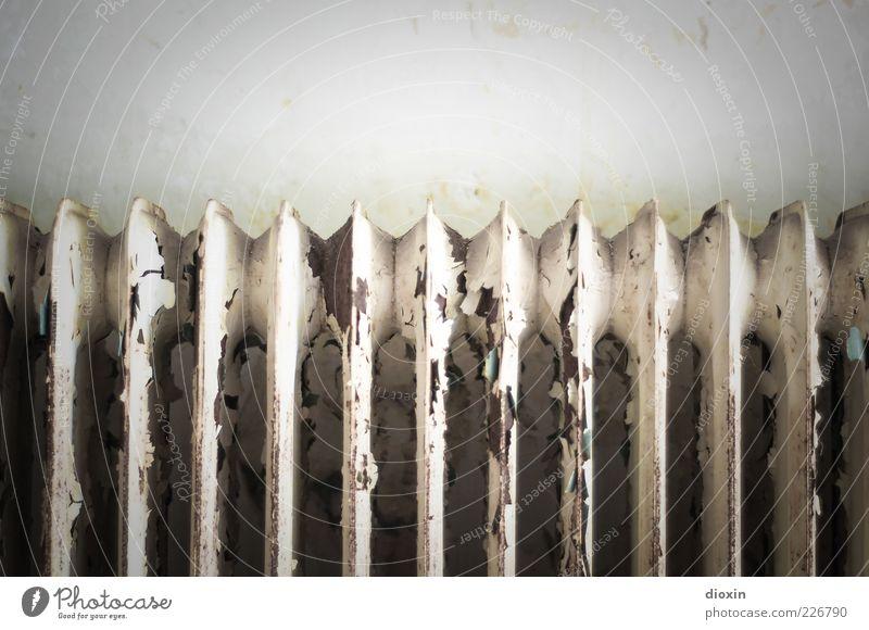 verheizt Mauer Wand Heizkörper Metall alt Verfall Wärme Rost Lack abblättern außer Betrieb Farbfoto Gedeckte Farben Innenaufnahme Nahaufnahme Menschenleer