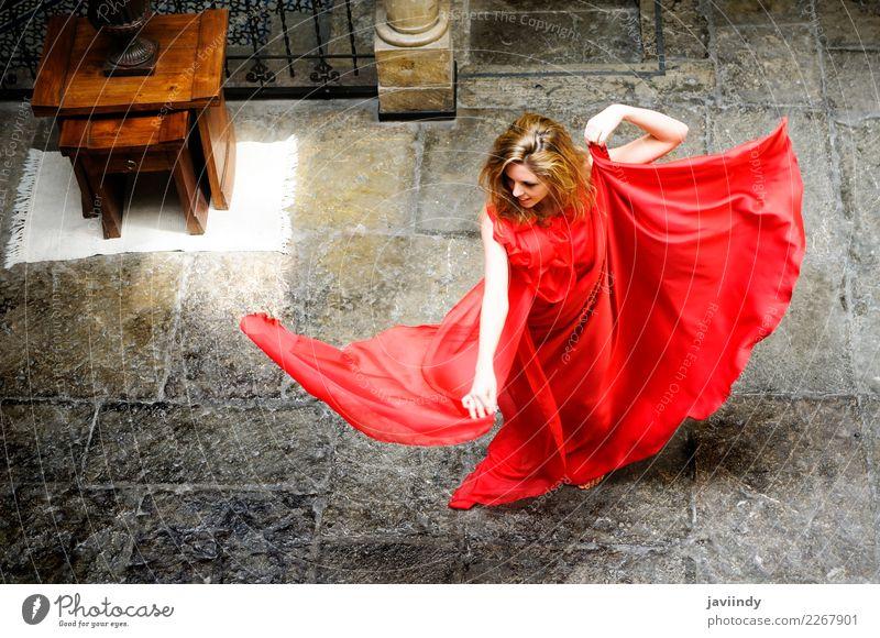 Schöne blonde Frau, ein rotes Kleid tragend und tanzen elegant Glück schön Haare & Frisuren Gesicht Schminke Erholung Sommer Mensch feminin Junge Frau