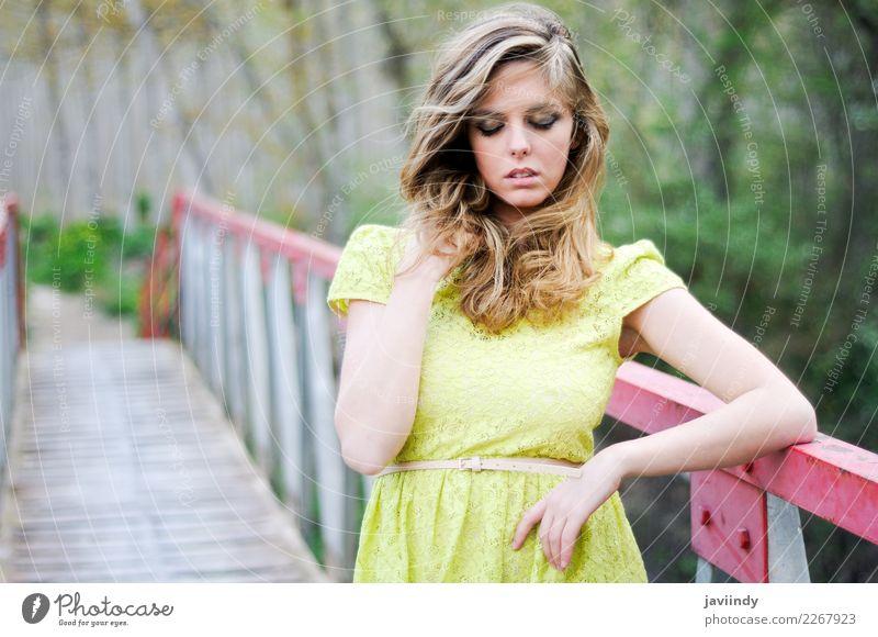 Frau Mensch Natur Jugendliche Sommer schön Erholung ruhig Freude 18-30 Jahre Erwachsene Gefühle feminin Haare & Frisuren Mode hell