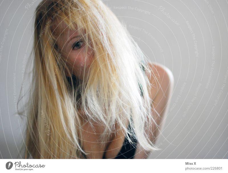 Versteckspiel Mensch Jugendliche schön Freude Auge feminin Haare & Frisuren Erwachsene blond Lächeln verstecken 18-30 Jahre langhaarig Junge Frau Begierde Dekolleté