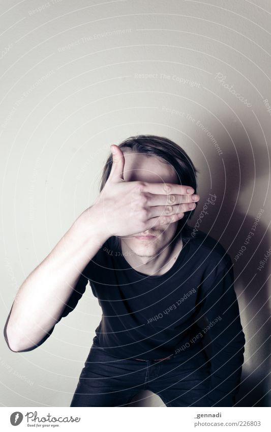 Kurzsichtig Mensch Mann Jugendliche Hand Erwachsene Arme maskulin einzigartig T-Shirt 18-30 Jahre dünn Hose Bart brünett verstecken