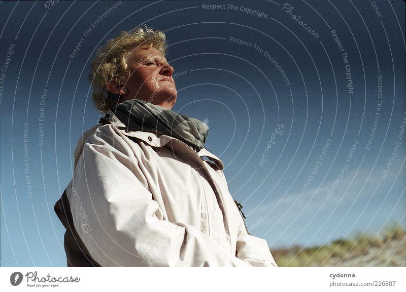 Sonne tanken Mensch Frau Himmel Ferien & Urlaub & Reisen ruhig Erwachsene Erholung Leben Freiheit träumen Zeit Wind Zufriedenheit blond Freizeit & Hobby Tourismus
