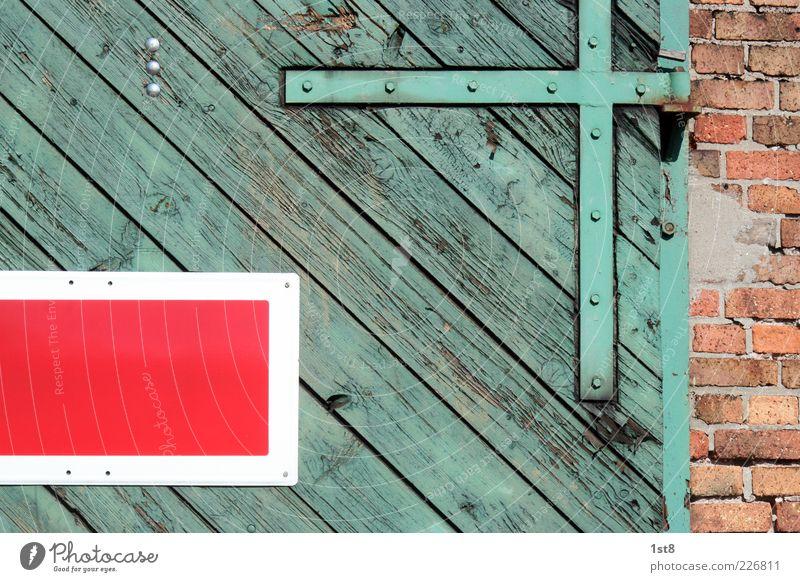 = \ +   grün schön rot Wand Holz Architektur Mauer Tür Fassade Schilder & Markierungen Eisenbahn ästhetisch Güterverkehr & Logistik Bauwerk Fabrik Backstein