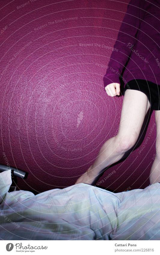 schnell weg Mensch Jugendliche weiß schwarz Wand Farbstoff springen Beine Haut Bett Junge Frau violett Shorts Schlafzimmer Knie Anschnitt