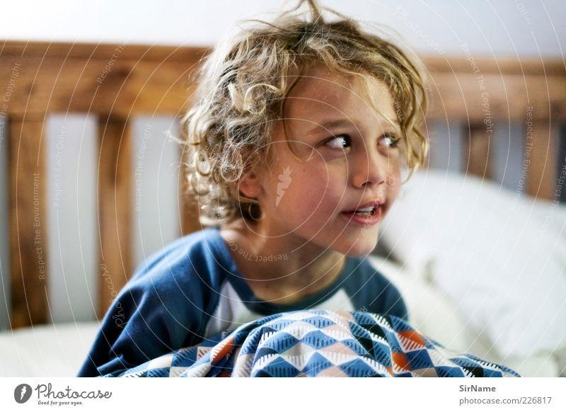149 [kleiner Schelm] Mensch Kind Freude sprechen Spielen Junge lustig natürlich Kindheit niedlich Bett Idee Freundlichkeit Lebensfreude Locken entdecken