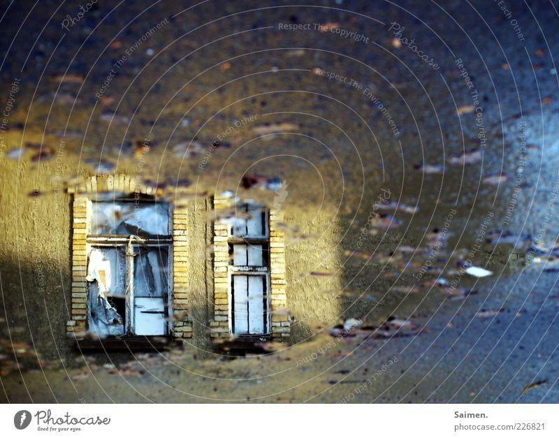 triste schönheit Einsamkeit Haus dunkel Fenster Stimmung hell dreckig glänzend Fassade Vergänglichkeit Asphalt Sehnsucht geheimnisvoll Pfütze Dämmerung Wasser