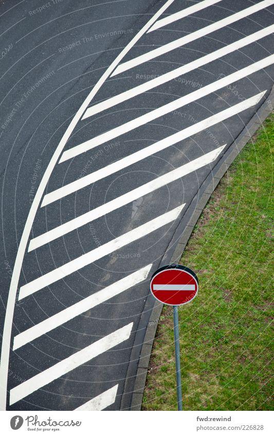 Linienführung Menschenleer Straße Verkehrszeichen Verkehrsschild Schilder & Markierungen Hinweisschild Warnschild Streifen fahren kalt nass grau grün ästhetisch