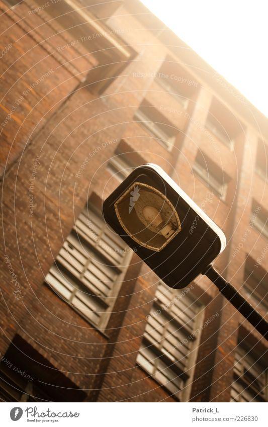 still there alt Haus Fenster hell Zufriedenheit retro Laterne Glühbirne Industrieanlage stagnierend Laternenpfahl Backsteinhaus