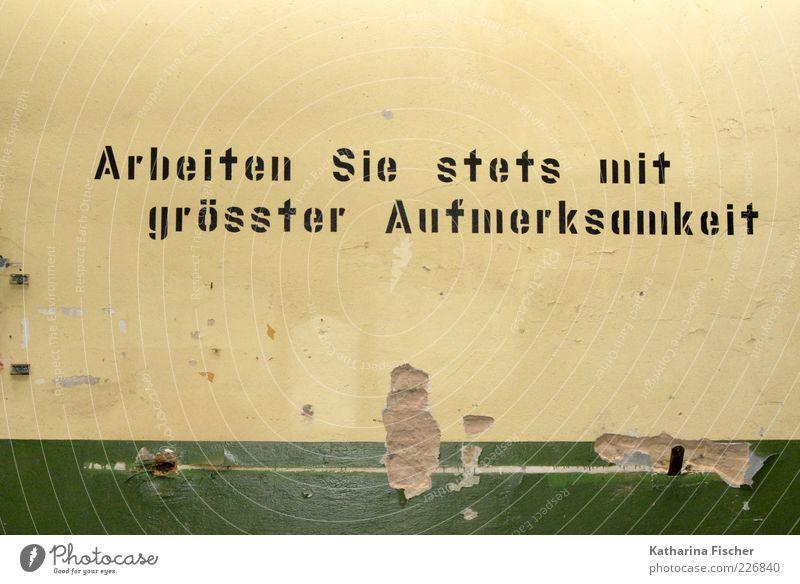 Arbeiten Sie stets mit ........ Stein Beton gelb grün schwarz Gemäuer auffordern Wachsamkeit Schriftzeichen Arbeit & Erwerbstätigkeit Verfall Vorschrift