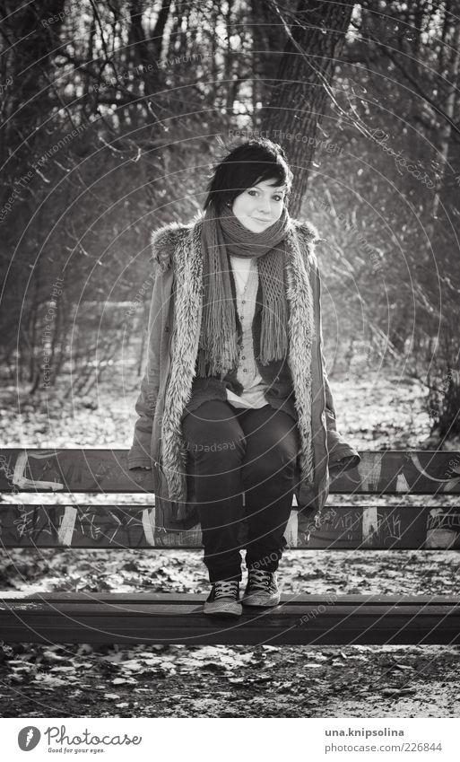 zwischen der zeit Frau Mensch Jugendliche Baum Winter Wald feminin Erwachsene Park Eis warten sitzen Mode Sträucher Frost