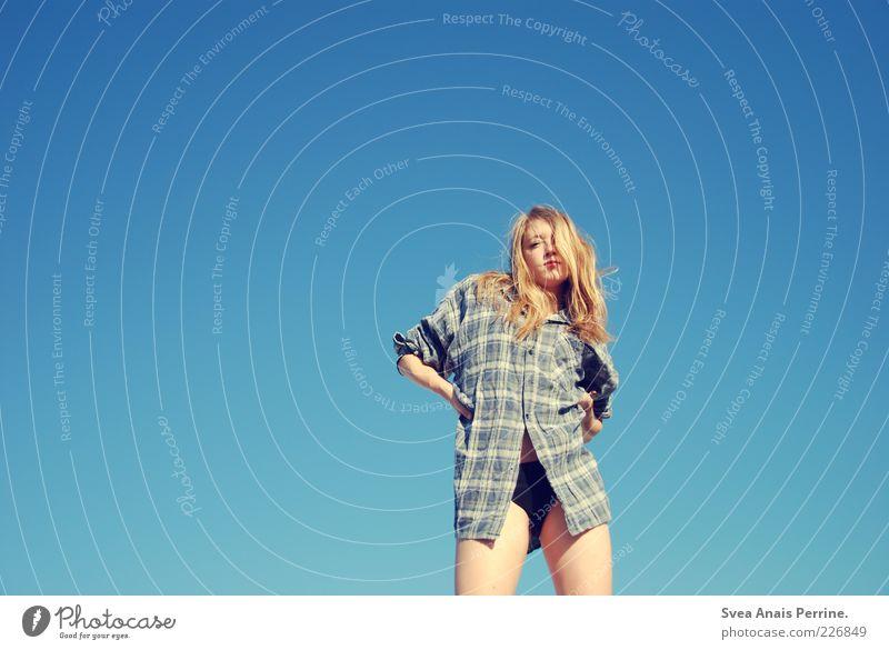 ey Lifestyle feminin Junge Frau Jugendliche Beine 1 Mensch 18-30 Jahre Erwachsene Wolkenloser Himmel Mode Hemd Unterwäsche blond langhaarig stehen Coolness dünn