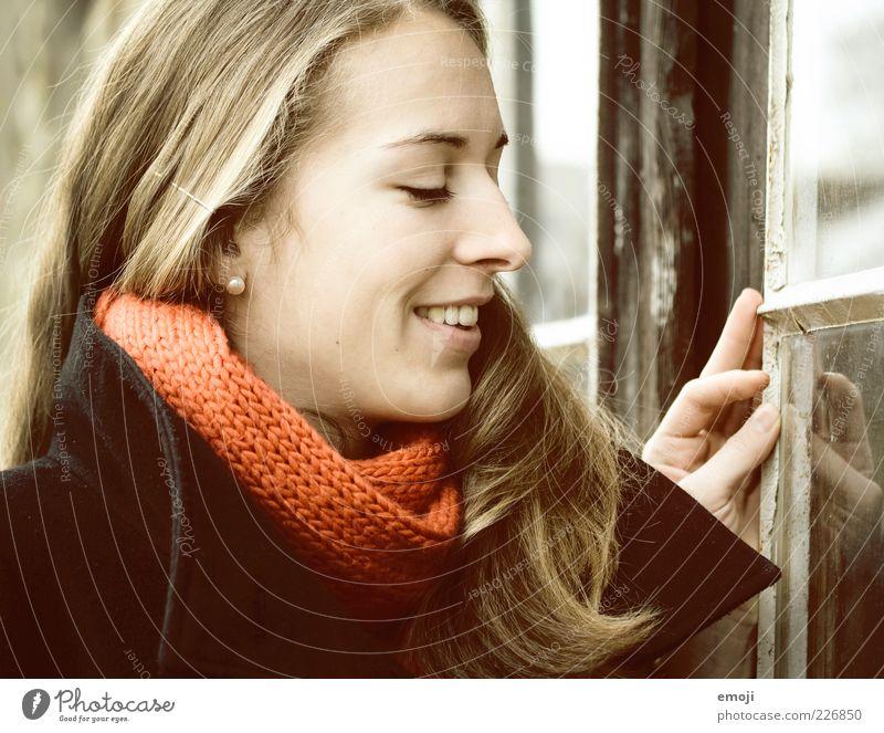(: Mensch Jugendliche schön Freude Gesicht feminin Fenster Kopf Erwachsene Neugier Lächeln brünett 18-30 Jahre Frau langhaarig