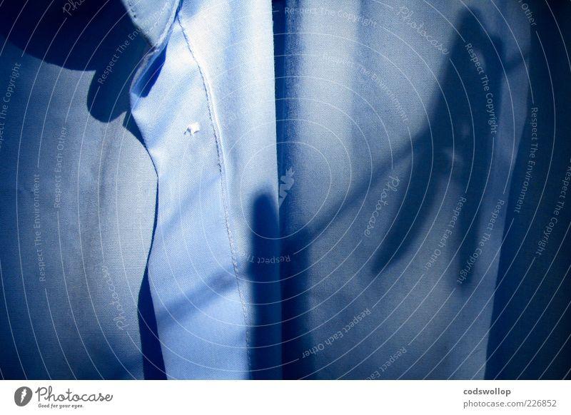 la chemise de daniel Bekleidung Hemd Stoff hängen frisch Sauberkeit blau Reinlichkeit Waschtag Wäscheklammern Farbfoto Außenaufnahme Morgen Schatten Kontrast