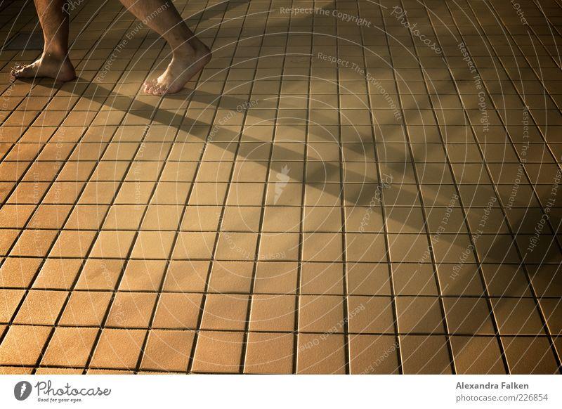 Füße an Fliesen. Mensch Mann Erwachsene Leben Fuß gehen Freizeit & Hobby laufen nass maskulin Schwimmbad Wellness Fliesen u. Kacheln Quadrat Fuge Barfuß