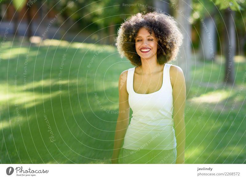 Schwarze Frau mit Afro-Frisur lächelnd im Stadtpark Lifestyle Haare & Frisuren Sommer Mensch Junge Frau Jugendliche Erwachsene 1 18-30 Jahre Park Afro-Look