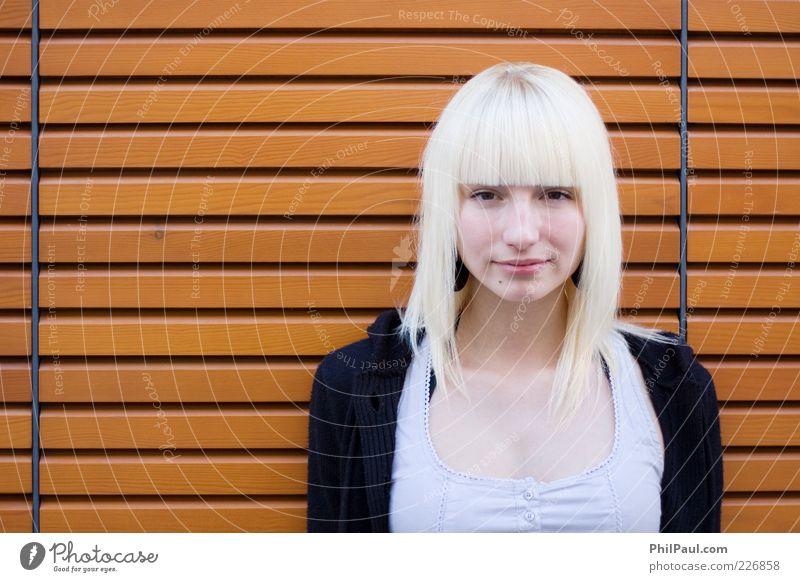 Straight Lines Mensch Jugendliche schön Erwachsene feminin Holz Haare & Frisuren Stil Zufriedenheit blond elegant Fassade Design frisch außergewöhnlich stehen